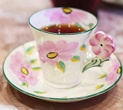 紅茶にまつわるアンティーク ~食卓にお花が「フラワーハンドル」のティーカップ~